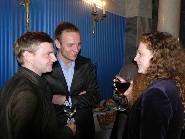 """Polscy aktorzy (od prawej): Ania Antonowicz, Maciej Mikołajczyk (gra w """"Linczu"""") i Rafał Zawierucha (gra w """"Księstwie""""). Ten ostatni ma ciocię w Łężycy, stąd można go wypatrywać na zielonogórskim deptaku..."""