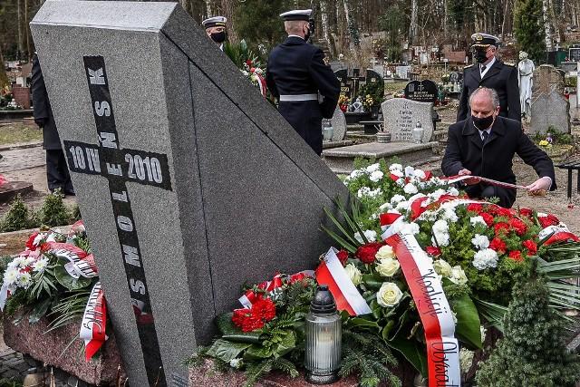 11 rocznica Katastrofy Smoleńskiej w Gdańsku. Upamiętnienie ofiar związanych z Pomorzem, na cmentarzu na Srebrzysku.