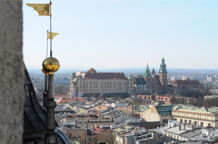 Wieża Mariacka ma 80 m wysokości, by spojrzeć na Kraków z...
