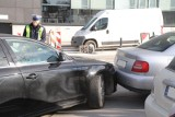 Pijany kierowca z Brodnicy uderzył na parkingu przy supermarkecie w samochód i... zasnął za kierownicą