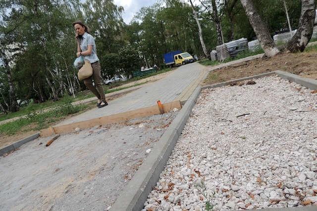 Tak wyglądają pozostałości po pracach remontowych w parku na Skarpie.