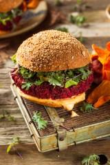 Wegetariańskie barbecue: Soczyście warzywne burgery z buraka