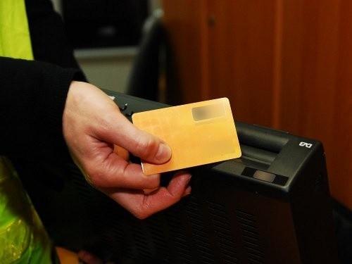 Oszuści podszywali się pod byłego pracodawcę, pukali do drzwi i mówili, że muszą aktywować karty. Kasowali za usługę, która nie była potrzebna, 50 albo 100 złotych.