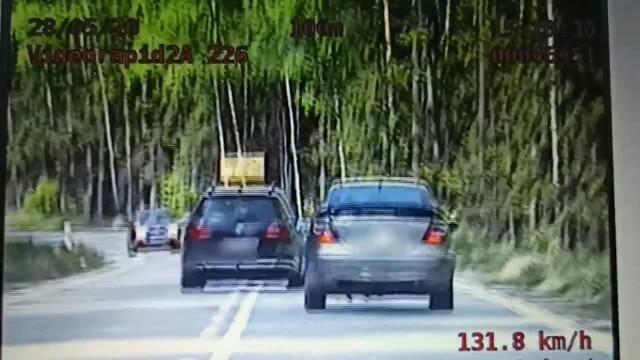Na nagraniu z wideorejestratora widać jak kierowca volkswagena wyprzedza inny pojazd na linii ciągłej i tuż przed zakrętem.