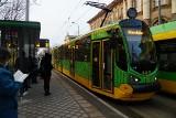 Świąteczna bimba kursuje po Poznaniu, budząc zachwyt poznaniaków. Zobacz zdjęcia tramwaju obwieszonego lampkami i sprawdź jego rozkład jazdy