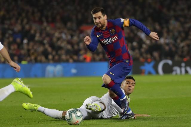Lionel Messi (na ziemi Casemiro) zdobył już łącznie 26 bramek w meczach z Realem