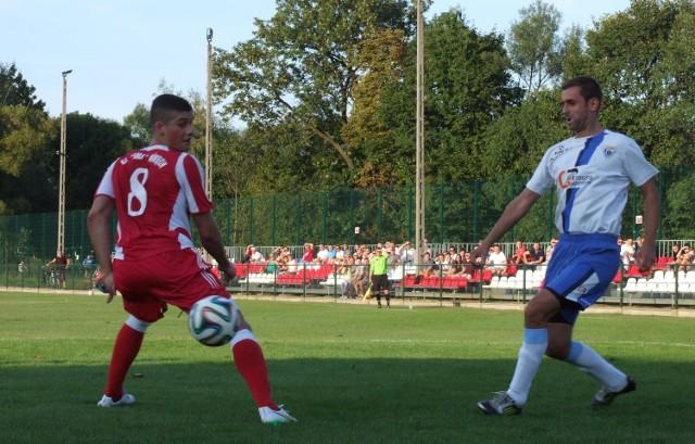 Patryk Gąsiorek (z lewej) jest filarem obrony rezerw Soły. Tutaj w pojedynku z Łukaszem Pactwą. W derbach Oświęcimia V ligi Wadowice, rezerwa Soły przegrała na własnym boisku z Unią 0:1.