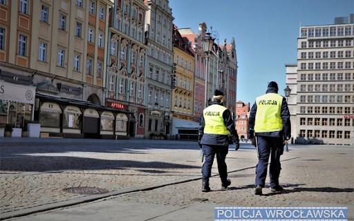"""Kompletnie pijany mężczyzna """"opiekuje się"""" swoim synem – taką informację otrzymali policjanci na wrocławskim Starym Mieście."""