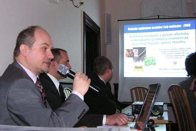 Bogusław Prajsner prezentuje wyniki badań.