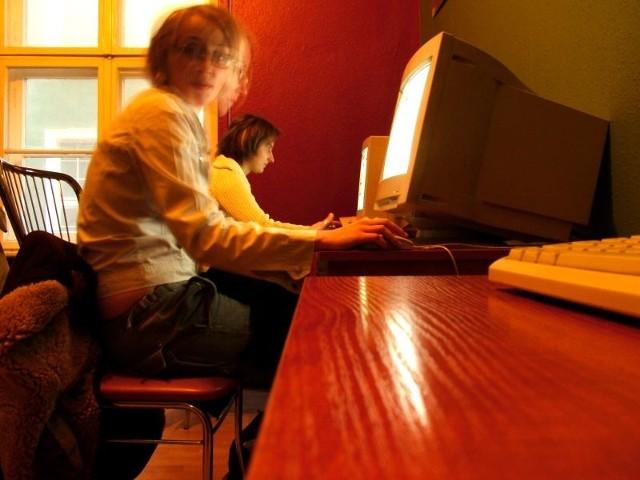 Ryzyko uzależnienia znacząco wzrasta, jeżeli młodzież korzysta z internetu ponad trzy godziny dziennie