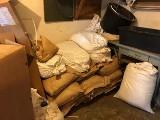 Bydgoszczanin w garażu miał ponad 650 kg nielegalnego tytoniu i  butelki spirytusu