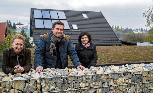 (od lewej) Katarzyna Wolańska, Piotr Wolański i dr Beata Grygierzec na dachu jednego z podkrakowskich domów, gdzie urządzono ogród