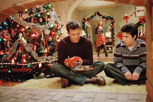 Filmy na Boże Narodzenie - chociaż wiele z nich widzieliśmy już naście razy, to i tak chętnie sięgamy po nie kolejny raz. Powód? Kojarzą nam się z błogim i szczęśliwym okresem, jakim jest okres Świąt Bożego Narodzenia.Opracowaliśmy TOP 10 filmów na Boże Narodzenie. Świątecznych hitów, bez których święta po prostu nie będą już takie same. Poznajcie nasze TOP 10 i... życzymy miłego oglądania!