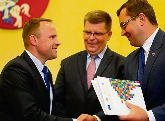 Wójt gminy Łomża Piotr Kłys (pierwszy z lewej) podczas podpisania umowy o dofinansowanie w urzędzie marszałkowskim