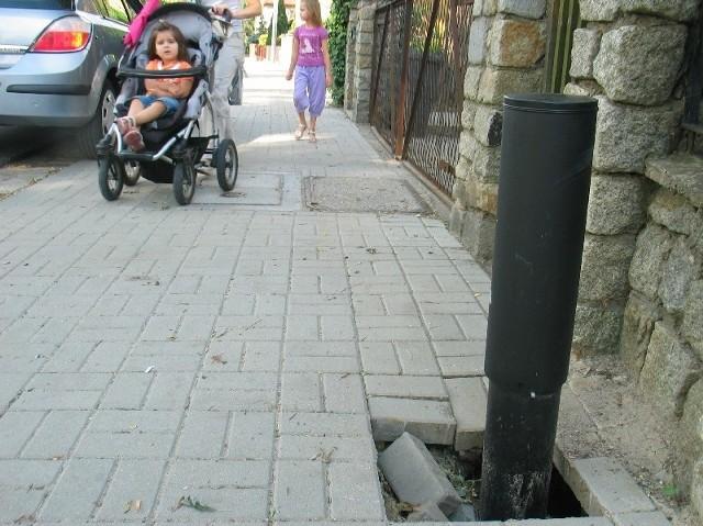 Na chodniku przy ul. Budowlanych jeszcze wczoraj była dziura. Miejmy nadzieję, że dziś już jej nie ma.