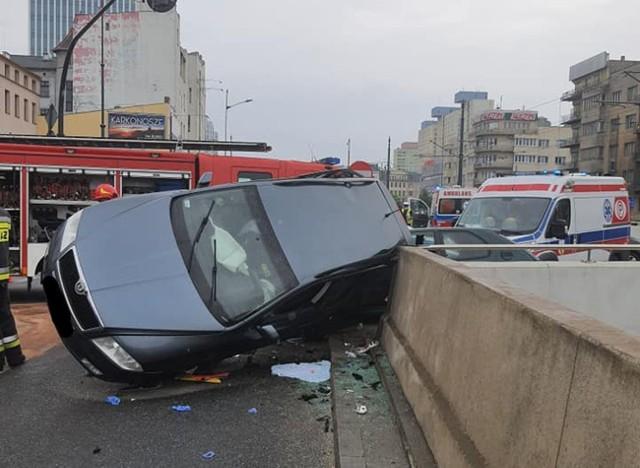 Do wypadku doszło o godz. 13.29. 42-letnia kobieta kierująca skodą octavią jechała al. Mickiewicza w stronę Retkini. Wjechała na skrzyżowanie z ul. Wólczańską w chwili gdy było włączone czerwone światło. Zderzyła się z jadącym ul. Wólczańską w kierunku ul. Żwirki na zielonym świetle peugeotem prowadzonym przez 31-letniego mężczyznę. Uderzona w bok skoda przewróciła się na lewy bok i oparła o betonowe bariery Trasy W-Z. 13-letnia dziewczynka, która siedziała z tyłu pojazdu została zakleszczona pod samochodem, a 15-letni chłopiec, który siedział na przednim siedzeniu pasażera został uwięziony we wnętrzu auta. Oboje zostali uwolnieni przez straż pożarną i przewiezieni do Instytutu Centrum Zdrowia Matki Polki w Łodzi. Odnieśli ogólne obrażenia i ich życiu nie zagrażało niebezpieczeństwo. Kobieta kierująca skodą również z ogólnymi obrażeniami trafiła do pobliskiego szpitala im. WAM. Kierowcy peugeota szczęśliwie nic się nie stało. Oboje kierowcy byli trzeźwi. Policja już zatrzymała prawo jazdy 42-letniej sprawczyni wypadku za spowodowanie zagrożenia w ruchu drogowym. Wpływ na to jakie zarzuty zostaną jej postawione zdecyduje m.in. skala obrażeń jakie odniosła dwójka dzieci.Wypadek spowodował spore utrudnienia w komunikacji w centrum miasta. Do godz. 15 była zamknięta dla ruchu północna nitka al. Mickiewicza pomiędzy al. Kościuszki i ul. Gdańską, a na ul. Wólczańskiej przejazd odbywał się jedną nitką jezdni.Skoda oparła się o betonowe bariery nad Trasą W-Z.ZOBACZ ZDJĘCIA - KLIKNIJ DALEJ