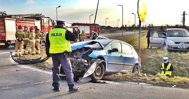 Na DK nr 10 zderzyły się dwa auta osobowe, w których podróżowało łącznie siedem osób