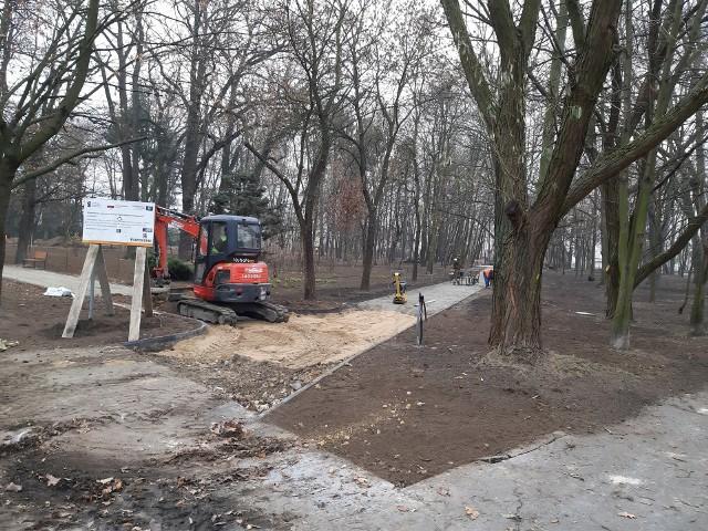 Duży park miejski w Oleśnie.