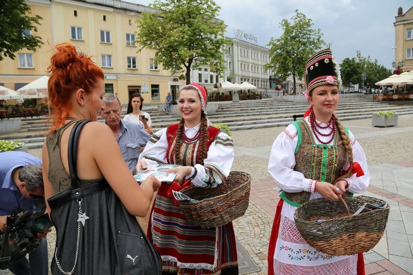 Na Rynku Kościuszki dziewczęta z zespołu Kurpie Zielone rozdawały przechodniom foldery z programem festiwalu