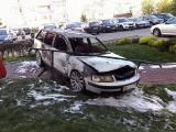 Pożar na Stromej. Pod blokiem spłonął volkswagen. To podpalenie?