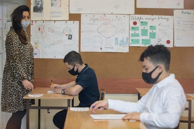 Próbny egzamin ósmoklasisty z języka polskiego odbywa się w pełnym reżimie sanitarnym. Na zdjęciu test diagnostyczny piszą uczniowie z SP nr 35 w Bydgoszczy.