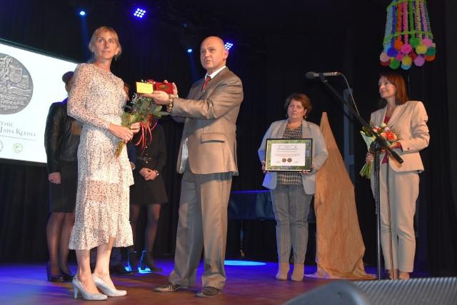 Pod nieobecność Kazimierza Krzywdzińskiego medal odebrała Małgorzata Jaroch. Odznaczenie przekazał Mirosław Rzeszowski