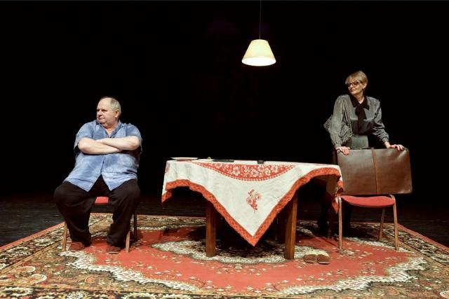 """""""Krzywa wieża"""" to słodko-gorzka opowieść o małżeństwie. W sztuce wystąpili Maria Jolanta Rogowska i Andrzej Beya-Zaborski. Spektakl będzie można obejrzeć w BTL od 4 czerwca."""
