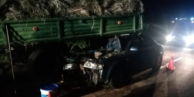 Komenda Powiatowa Policji w Gostyniu poinformowała o groźnie wyglądającym wypadku z piątkowego wieczoru. 26-letni kierowca audi z impetem wjechał wprost w przyczepę rolniczą.