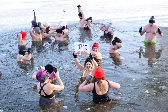 """Lodowate kąpiele nie tylko wróciły do łask, ale też stały się jedną z najpopularniejszych form aktywności tej zimy. Morsujących przybywa w całym kraju. Zwolennicy morsowania uważają, że wzmacnia ono odporność, pobudza krążenie, a także znakomicie poprawia nastrój. Gdzie """"morsy"""" mogą się kąpać w Polsce? Sprawdź! --->"""
