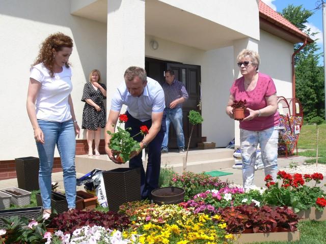 Z kwiatami przyjechał starosta Marcin Piwnik i Grażyna Szklarska z zarządu powiatu. Za kwiatowy prezent podziękowała Iwona Piskor dyrektor Domów dla Dzieci i Młodzieży w Łoniowie -z prawej.
