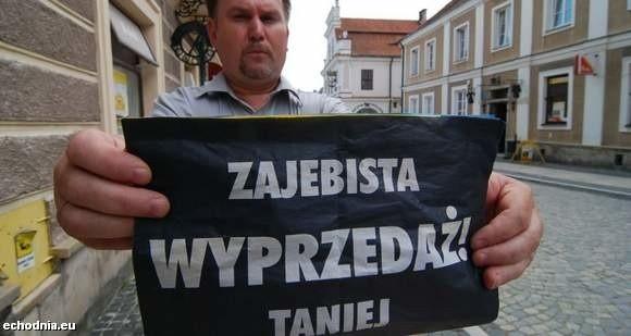 Poseł Marek Kwitek na dowód pokazuje ulotkę budzącą w nim kontrowersje. fot. M. Leszczyński