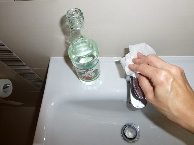 Usuwanie kamienia octemKamień w kuchni czy łazience można usunąć octem. Ręczniczek namoczony octem połóż prosto na osad z kamienia, pozostaw na kilka godzin a na końcu wypoleruj.