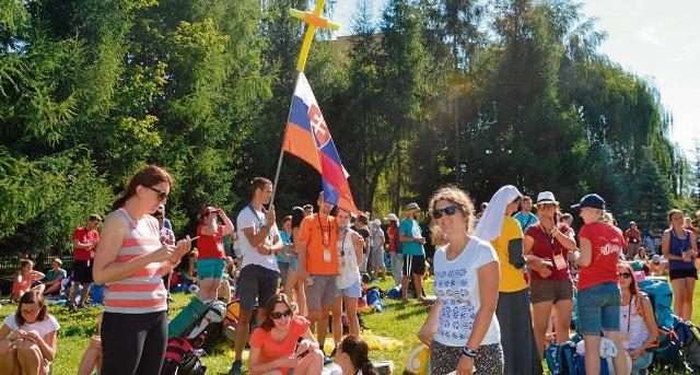 Pielgrzymi przy kościele Miłosierdzia Bożego oczekiwali na wyjazd na czuwanie do Brzegów