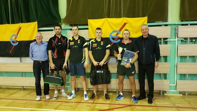 Najlepsi zawodnicy i organizatorzy turnieju Klubu Sportowego Energetyk o puchar Stanisława Frączyka (od prawej)