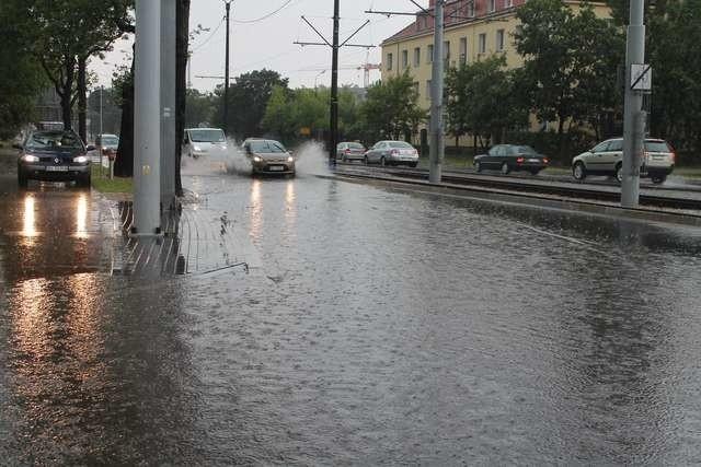 Przy gwałtownych opadach, jak np. 6 lipca, kiedy została zalana Szosa Lubicka, z odbiorem wody nie poradziła sobie kanalizacja deszczowa. Tym bardziej nie poradzi sobie w takich sytuacjach kanalizacja sanitarna