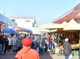 Słoneczny dzień na targowisku Korej w Radomiu. Sprawdź aktualne ceny warzyw i owoców