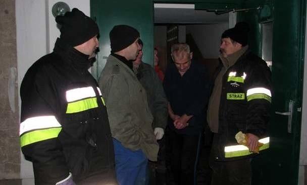 - Podtopienia w tych kilku blokach to jak na razie woda gruntowa, której przybywa i przybywać będzie – mówił zdenerwowanym mieszkańcom komendant OSP w Małkini Witold Biegaj.