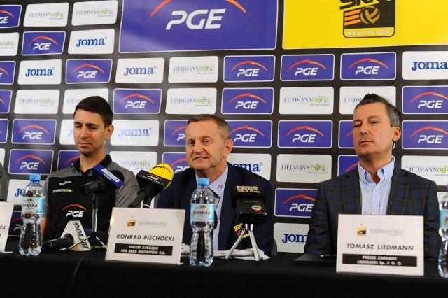 Prezes Konrad Piechocki (w środku)