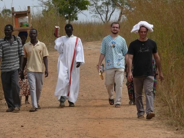 Na zdjęciach: ksiądz Łukasz Kobielus z parafianami w Awandjelo, zbudowane przedszkole im. Jana Pawła II, budowany kościół i droga krzyżowa odprawiana przez wiernych w regionie Togo w Afryce gdzie pracuje misjonarz z powiatu wadowickiego.