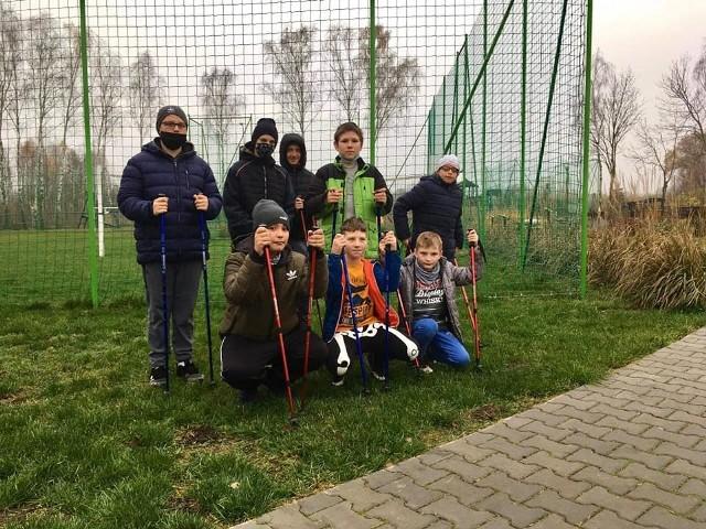 Podopieczni Specjalnego Ośrodka Szkolno-Wychowawczego w Hucie pod Lipskiem otrzymali nowy sprzęt sportowy, który pomoże w ich rehabilitacji.