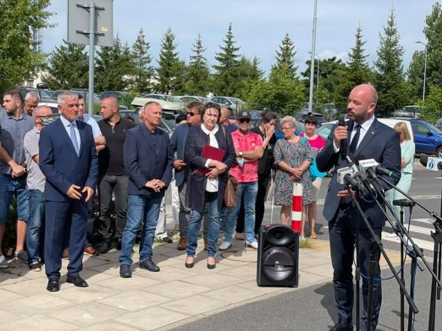 Prezydent Wrocławia Jacek Sutryk na wiecu zorganizowanym w obronie zwolnionej dyrektor wałbrzyskiego szpitala.