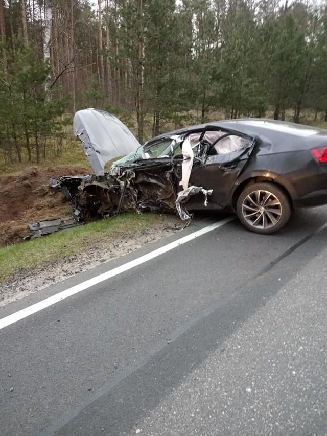 Dzisiaj (poniedziałek) doszło do wypadku na drodze krajowej nr 25 w okolicy Trzemielewa (gm. Rzeczenica). Samochód osobowy zderzył się z ciężarówką. Ranne zostały trzy osoby podróżujące samochodem osobowym. Jedna z nich została przewieziona do szpitala. Według wstępnych ustaleń, winę ponosi kierowca ciężarówki, który z niewyjaśnionych przyczyn zjechał na przeciwny pas ruchu, na którym znajdował się samochód osobowy.