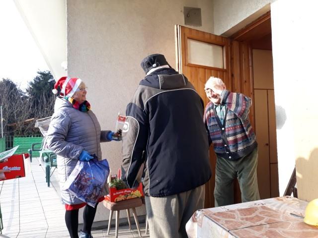 Seniorzy i dzieci we współpracy z Fundacja LIS przygotowali kartki z życzeniami i upominki dla najstarszych i schorowanych osób z podkrakowskich wiosek