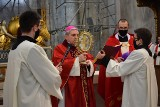 Droga Krzyżowa i Liturgia Wielkiego Piątku w bazylice na Świętym Krzyżu z biskupem Krzysztofem Nitkiewiczem [ZDJĘCIA]