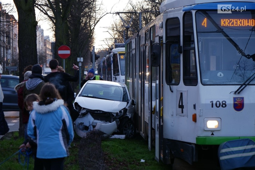Kolizja na alei Piastów. Auto uderzyło w tramwaj [ZDJĘCIA]