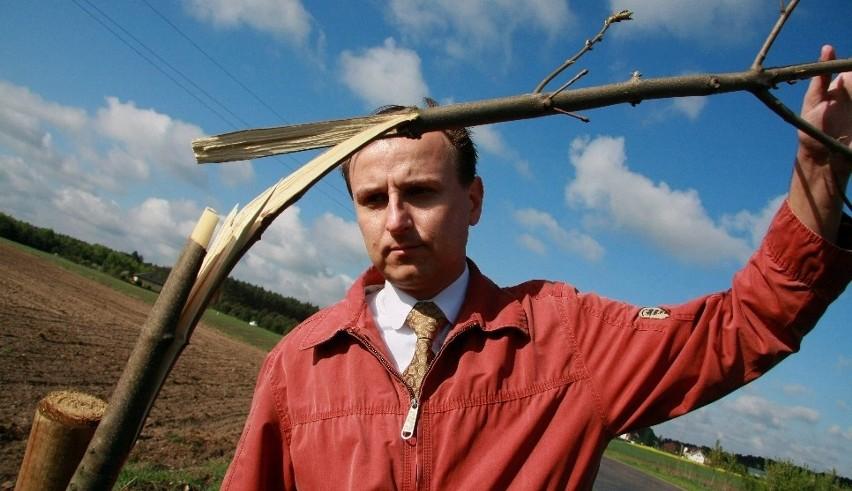 - Drzewa zostały bezmyślnie połamane. Straciliśmy ponad tysiąc złotych - wylicza Szymon Prochera, dyrektor zarządu dróg powiatowych.