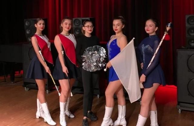 """Mażoretki Młodzieżowej Orkiestry Dętej Miasta Zwolenia zdobyły medale podczas """"Majorettes European Championship""""."""