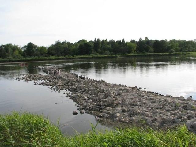 Na razie są kamienie i paliki, ale już wkrótce ma tam stanąć solidny most, który połączy województwo podlaskie z mazowieckim