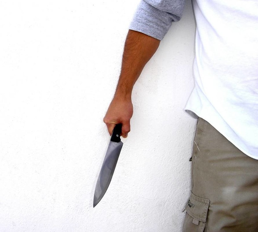 Napastnicy bili swoją ofiarę rurą od odkurzacza i dźgali go nożem. Mężczyzna ratował się skokiem z pierwszego piętra