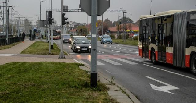 """Na skrzyżowaniu al.Havla i al. Armii Krajowej zbudowany zostanie prawoskręt. Pas powstanie w miejscu zatoki autobusowej """"Wilanowska"""" i będzie biegł w kierunku przystanku Emaus"""